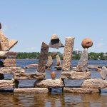 Le stone balancing ou l'art d'empiler des cailloux choux à genoux